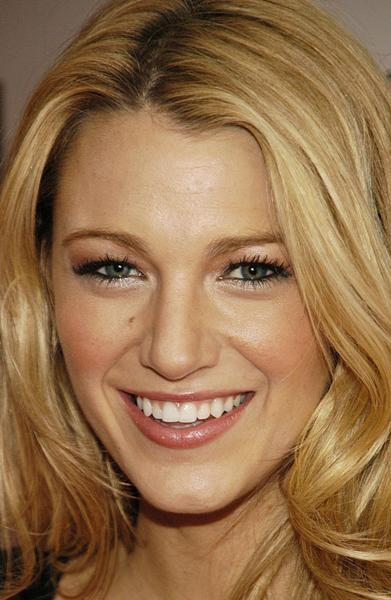 blake-lively-cute-smile-wallpaper